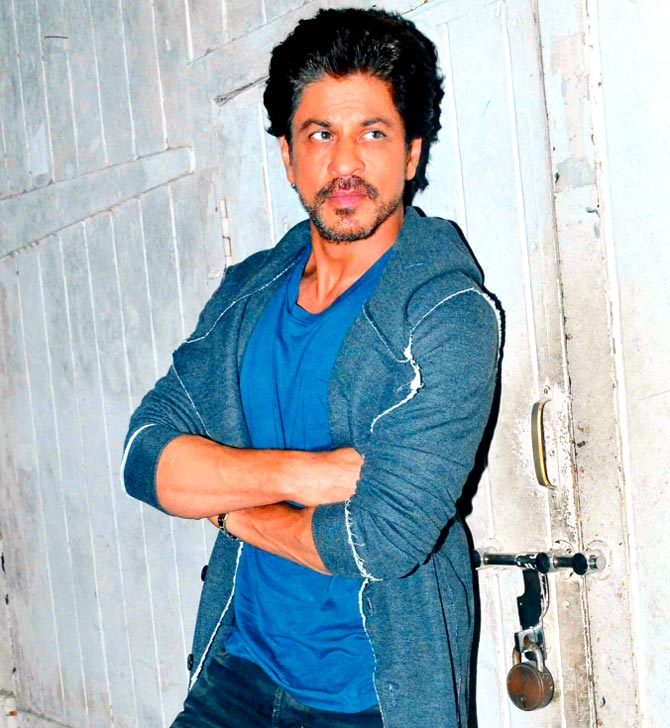 """Shahrukh Khan Leaks his Phone Number """"5559960321"""", Asks Fans to Call him"""