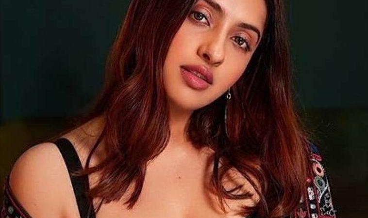 Akansha Ranjan Kapoor Profile| Contact Details (Phone number, Instagram, Twitter, Facebook, Email address)